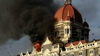 मुंबई हमले के दौरान ताज होटल से उठता धुंआ.