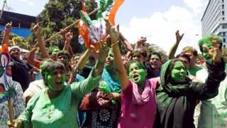 कोलकाता में जीत का जश्न मनाते तृणमूल कार्यकर्ता