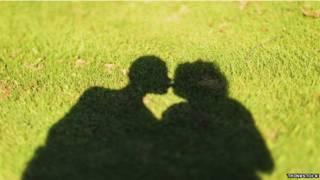 Тени двух целующихся людей