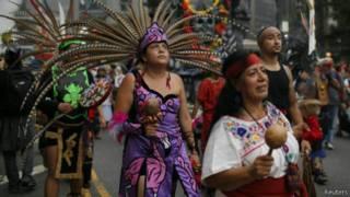 بعض المشاركين في مسيرة في نيويورك