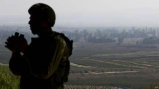 Soldado israelí mira hacia Quneitra (foto de archivo)