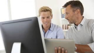 Estagiário aprendendo com chefe. Foto: Thinkstock