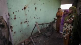 भारत-पाक सीमा पर गोलीबारी में क्षतिग्रस्त घर, महिलाएँ