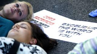 एक्सकैलिबर के समर्थन में प्रदर्शन करते पशु अधिकार कार्यकर्ता