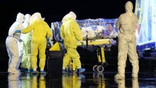 نقل مصاب بالإيبولا