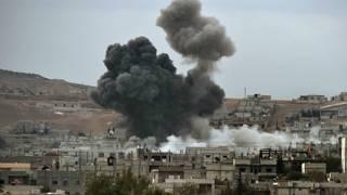 सीरियाई शहर कोबानी में हवाई हमले के बाद उठता धुआं.