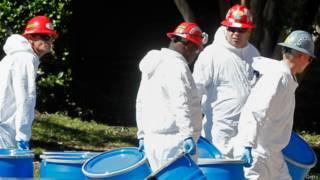 Funcionários preparam a descontaminação da casa de segunda enfermeira contaminada com ebola (Getty)