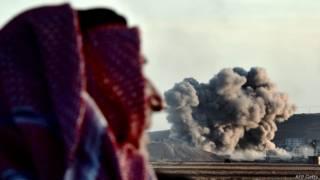Житель курдского села на границе Турции и Сирии наблюдают за городом Кобане