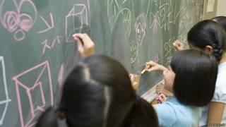 Ученики рисуют на доске в классе