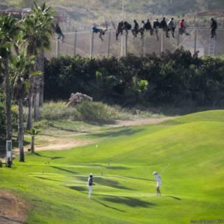 Imigrantes tentam entrar em Melilla (Foto José Palazon)