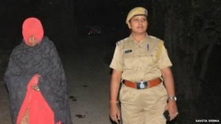 زن هندی و پلیس