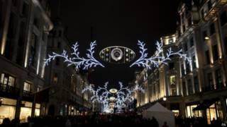 倫敦攝政街主要購物街道之一的聖誕燈飾已經點亮