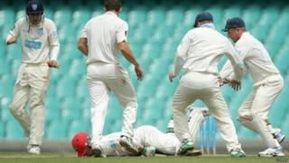 Jogador de críquete cai após ser atingido por bola (foto: Getty)