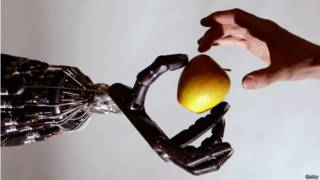 Рука робота, рука человека, яблоко