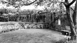 """Картина работы сэра Уинстона Черчилля была продана на аукционе за £1.8 млн ($2.8млн).  На картине """"Пруд с золотыми рыбками в Чартвелле"""" изображен сад дома в графстве Кент, в котором жил Черчилль. Картина была написана в 1932 году. Картина была продана на аукционе """"Сотбис"""" в Лондоне после смерти дочери британского политического деятеля Мэри Соамс. На предыдущих аукционах максимальная цена за картины, написанные Черчиллем, достигала 1 миллиона фунтов стерлингов. В коллекции леди Мэри Соамс, младшей дочери бывшего премьера, находилось 15 картин кисти отца. Общая сумма, полученная после распродажи ее коллекции на аукционе, составила более 15 миллионов фунтов.  В каталоге аукциона говорится, что """"Пруд с золотыми рыбками в Чартвелле"""", безусловно, """"является шедевром Черчилля этого десятилетия"""" и """"ярким проявлением таланта художника в его лучшей форме"""". Начальная цена картины оценивалась между 400 и 600 тысячами фунтов. Другая его картина, """"Гобелены Блэнема"""" была продана за миллион, а набросок гавани в Каннах ушел за 722 с половиной тысячи фунтов. Среди других вещей Черчилля, проданных на аукционе – красная папка для документов которой он пользовался в бытность министром колоний в 1921-22 годах. Она ушла с молотка за 158 тысяч фунтов, при начальной цене между 5 и 7 тысячами. Сэр Уинстон Черчилль был премьер-министром Британии во время Второй мировой войны. Он умер в 1965 году. Мэри Соамс, была последней живущей прямой наследницей Черчилля. Она умерла в июне этого года в возрасте 91 года."""