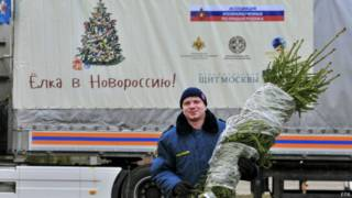 Сотрудник МЧС с рождественской ёлкой