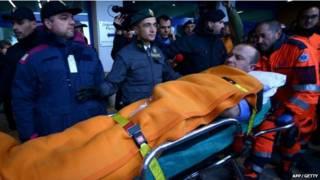 Спасатели и пассажир на носилках