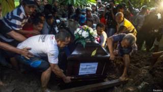 Vítima do voo da Airasia é enterrada (Foto: Reuters)