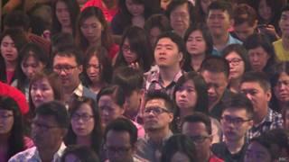 Fiéis de igreja indonésia rezam (BBC)