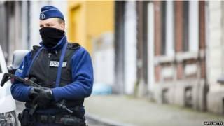 Вооруженный полицейский в маске