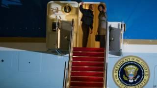 भारत के लिए रवाना होते हुए ओबामा दंपति