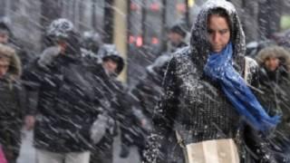 अमरीका में बर्फीला तूफान, महिला