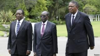 روبرت موغابي في الوسط