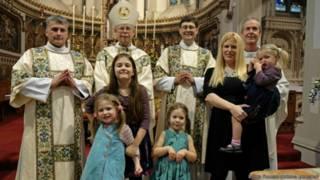 Robin Farrow, de gafas, con su familia y otros sacerdotes