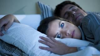 Бодрствующая женщина и спящий мужчина