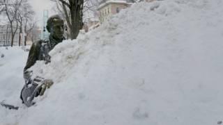 Занесенный снегом памятник одному из прежних мэров Бостона