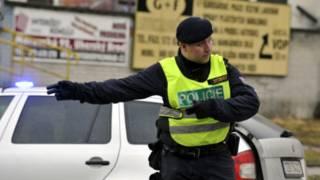 चेक गणराज्य के रेस्त्रां के बाहर यातायात का संचालन करती पुलिस