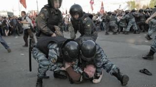 Задержание участника акции протеста на Болотной площади в Москве 6 мая 2012 года