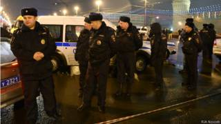 Полиция на месте убийства Бориса Немцова на Васильевском спуске (28 февраля 2014 г.)
