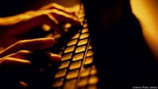 लैपटॉप टाइपिंग