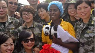 Beatrice Yardolo com médicos chineses | Foto: AP