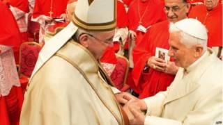 Папа Франциск (слева) и почетный папа Бенедикт XVI на церемонии возведения в сан новых кардиналов 14 февраля 2015 года