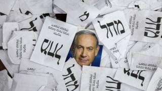 Избирательные бюллетени и фотография Нетаньяху