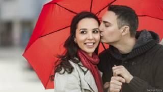 आदमी और औरत छाते के साथ