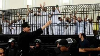 په مصر کې د تېرو دوو کلونو په درشل کې د ډله ییزو محاکمو پرمهال سلګونه کسان د مرګ په سزا محکوم شوي، چې زیاتره یې اسلامپالي او د اخوان المسلمین ګوند غړي دي.