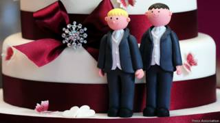 समलैंगिक शादी के लिए तैयार एक केक को ऊपर की सजावट