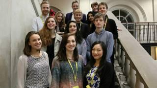 陳詩琪(前排右一)與倫敦國際戲劇節(LIFT)的同事在一起
