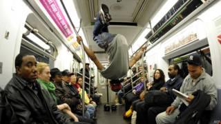 Выступление в вагоне нью-йоркского метро