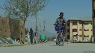 बड़गाम शरणार्थी शिविर में कश्मीरी पंडित बच्चा