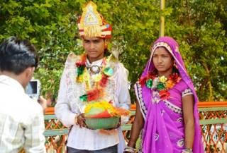 शादी के बाद मध्य प्रदेश के जालपा मंदिर में आशीर्वाद लेते लता और कालू.