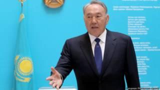 Президент Казахстана Нурсултан Назарбаев на брифинге в день досрочных выборов 26 апреля 2015 года