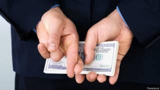 Человек с деньгами за спиной