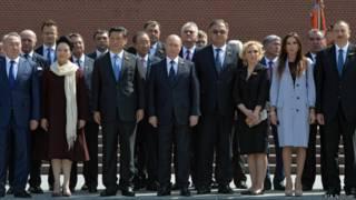 Владимир Путин и зарубежные гости после возложения цветов к Могиле Неизвестного Солдата 9 мая 2015 г.