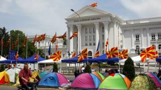 Палатки протестующих у здания правительства Македонии 19 мая 2015 года