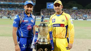 महेंद्र सिंह धोनी और रोहित शर्मा आईपीएल ट्रॉफी के साथ