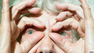 Старая женщина сделала пальцы биноклем
